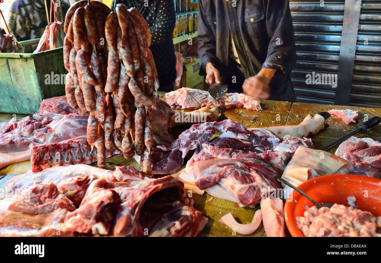 La boucherie charcuterie étant à un marché d'alimentation de Taïwan. Photo Stock