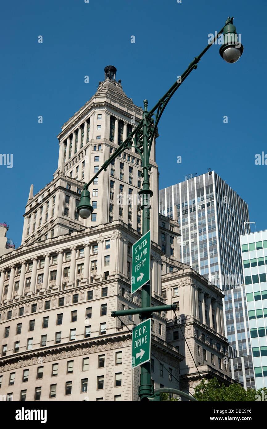 Panneaux De Direction Sur Le Lampadaire A New York City Banque D