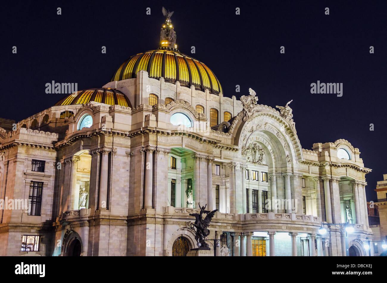 Palais des Beaux Arts à Mexico vu la nuit Photo Stock