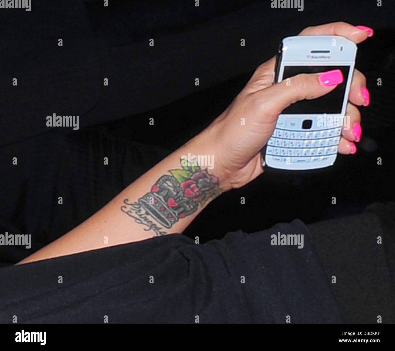 Katie Price Exhibant Son Nouveau Tatouage Rose Tout En Profitant D