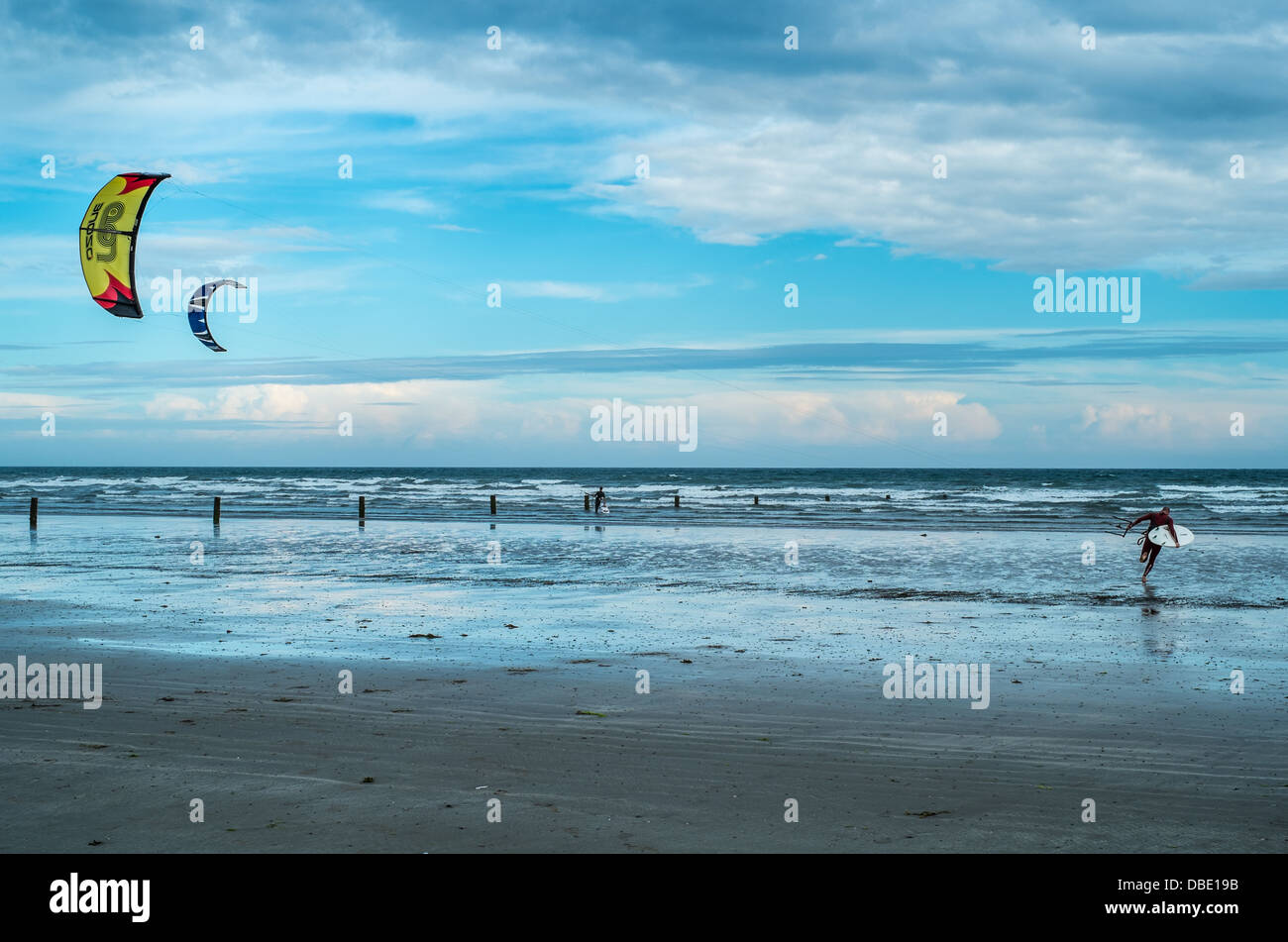 Wind surfer sur la plage de Tirella mention d'Irlande du Nord, County Down Photo Stock