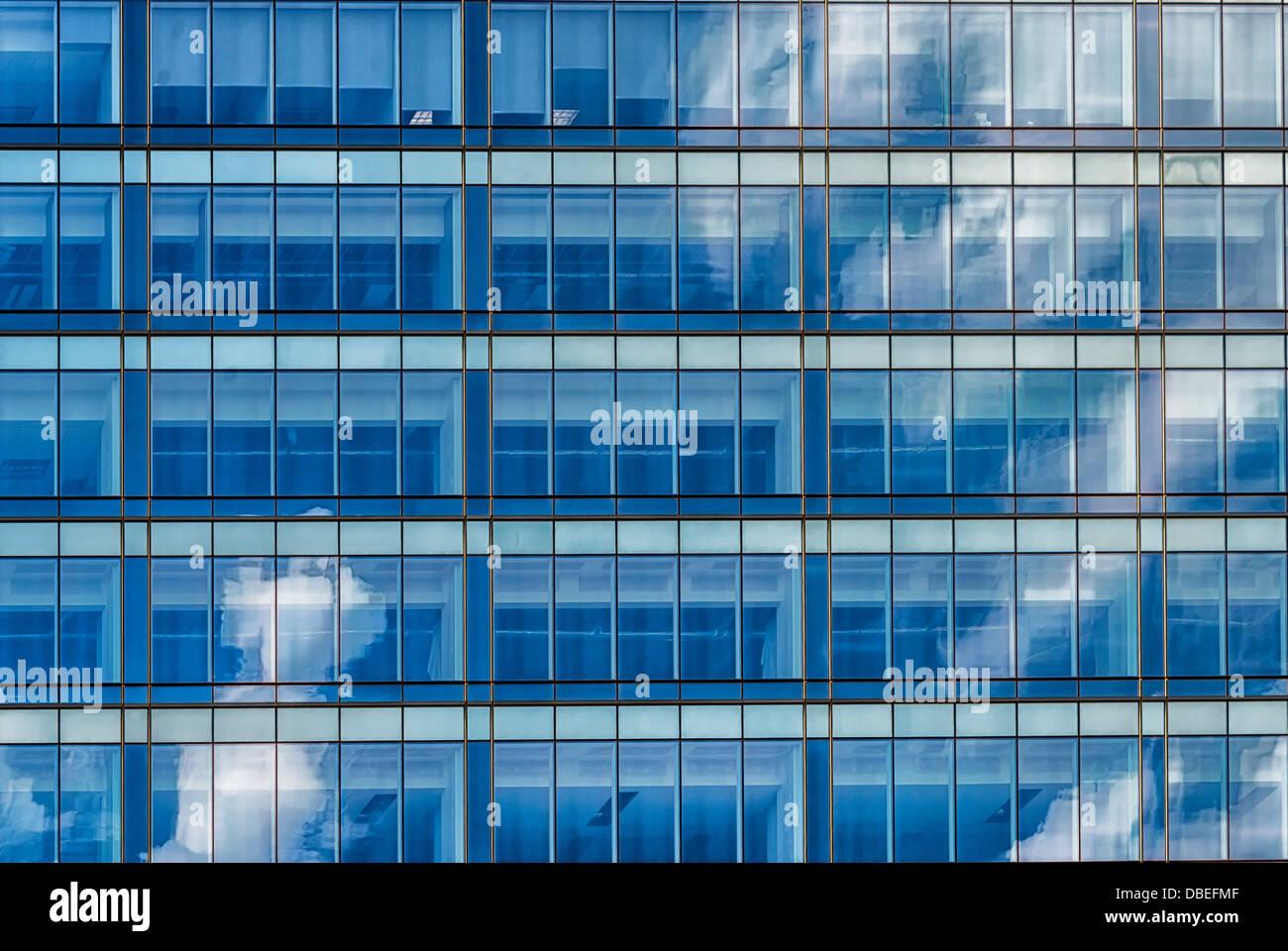 Une ville résumé de droit.la réflexion des nuages dans une grille d'architecture d'un bâtiment moderne Banque D'Images