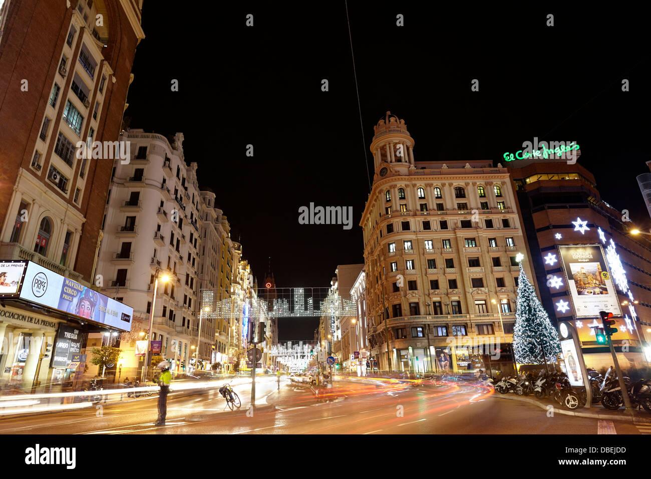 Le trafic à la rue Gran Via avec des lumières effet sentiers au moment de Noël. Madrid. L'Espagne. Photo Stock