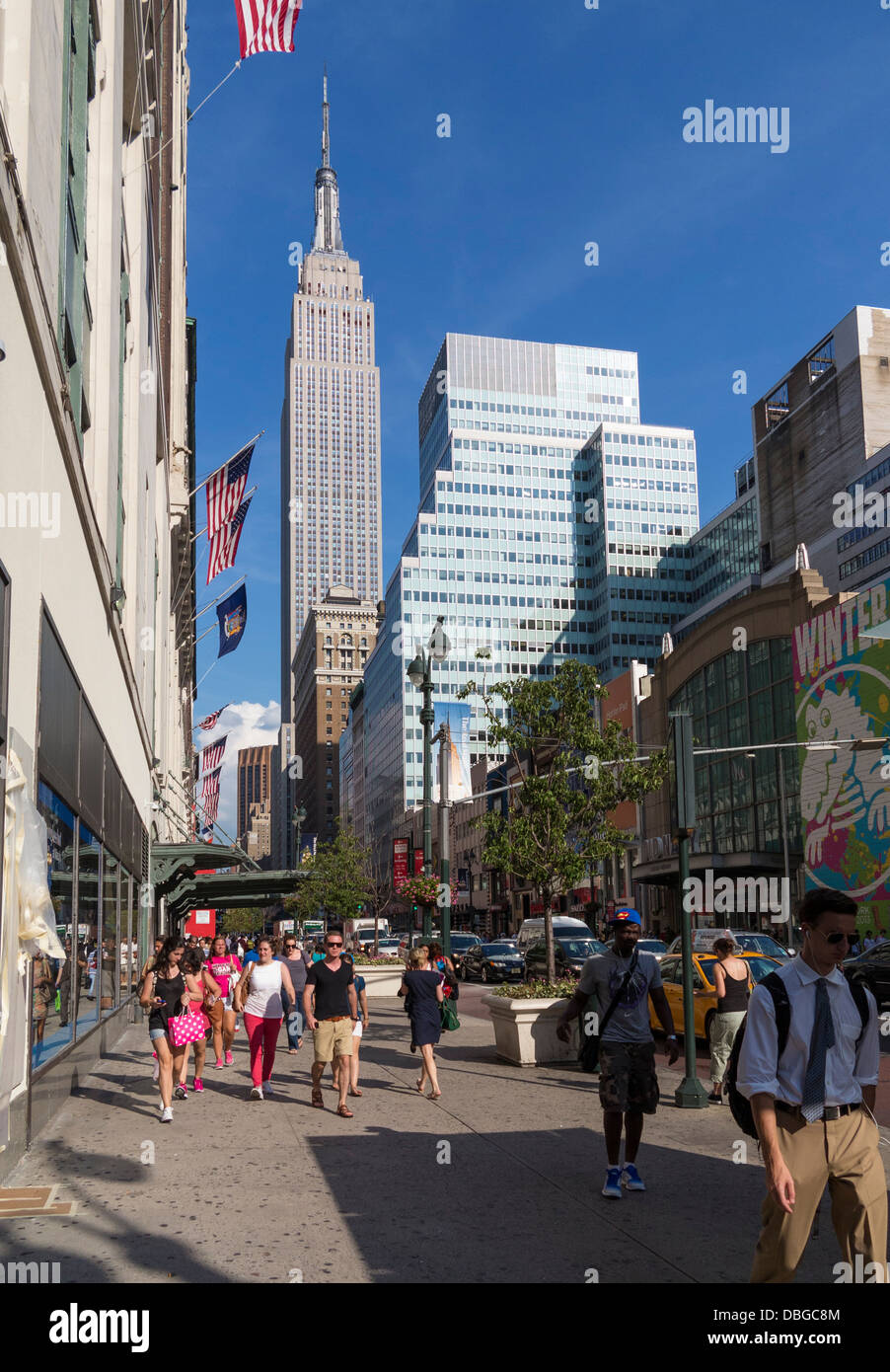 New York Street - New-yorkais sur le trottoir avec l'Empire State Building en arrière-plan, Manhattan, Photo Stock