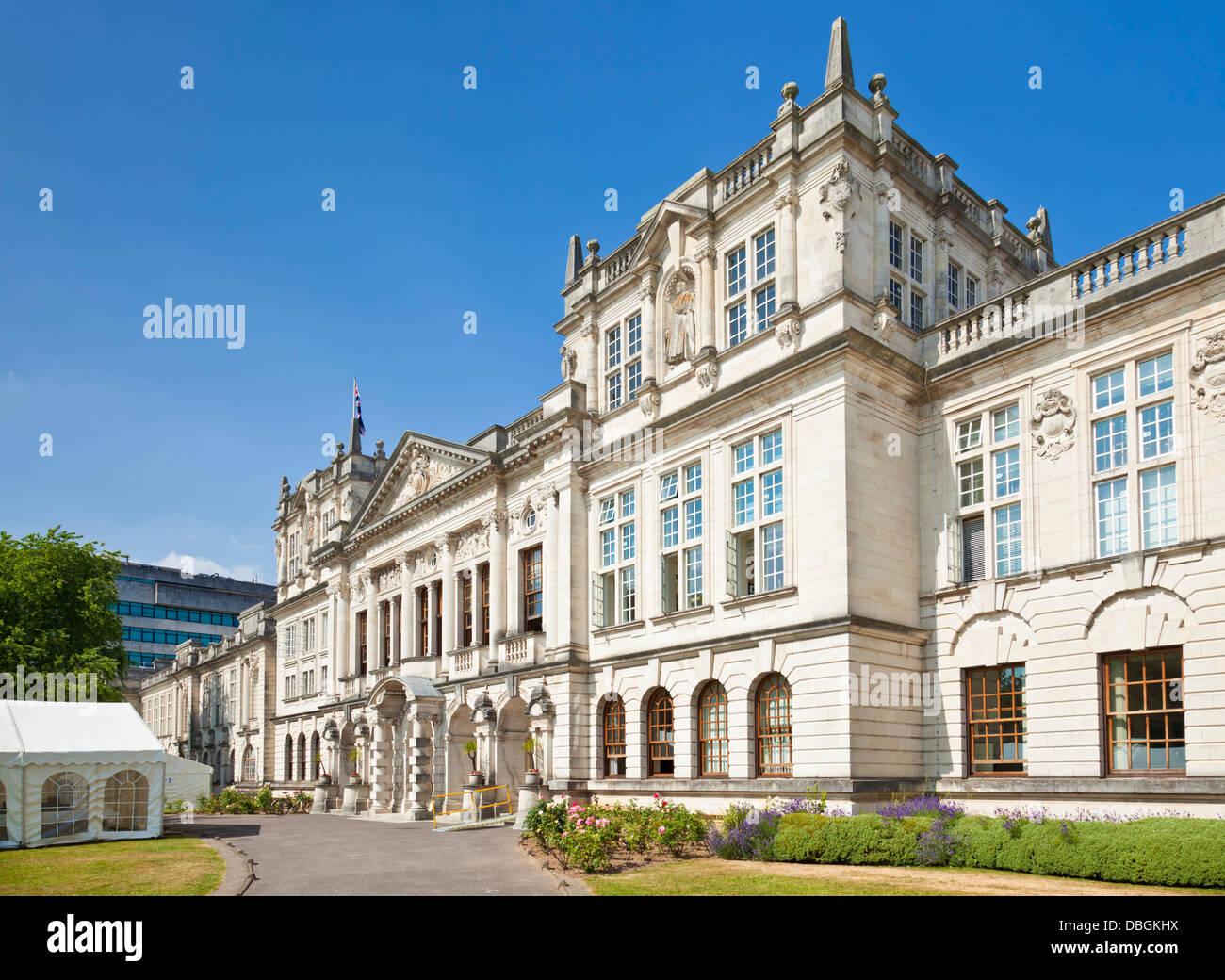 L'allée d'entrée et les portes de l'immeuble de l'Administration de l'Université Photo Stock