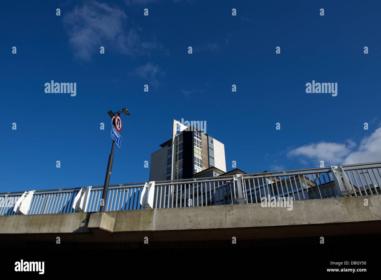 Bloc d'appartement derrière le pont en arc de Clyde Glasgow. Banque D'Images