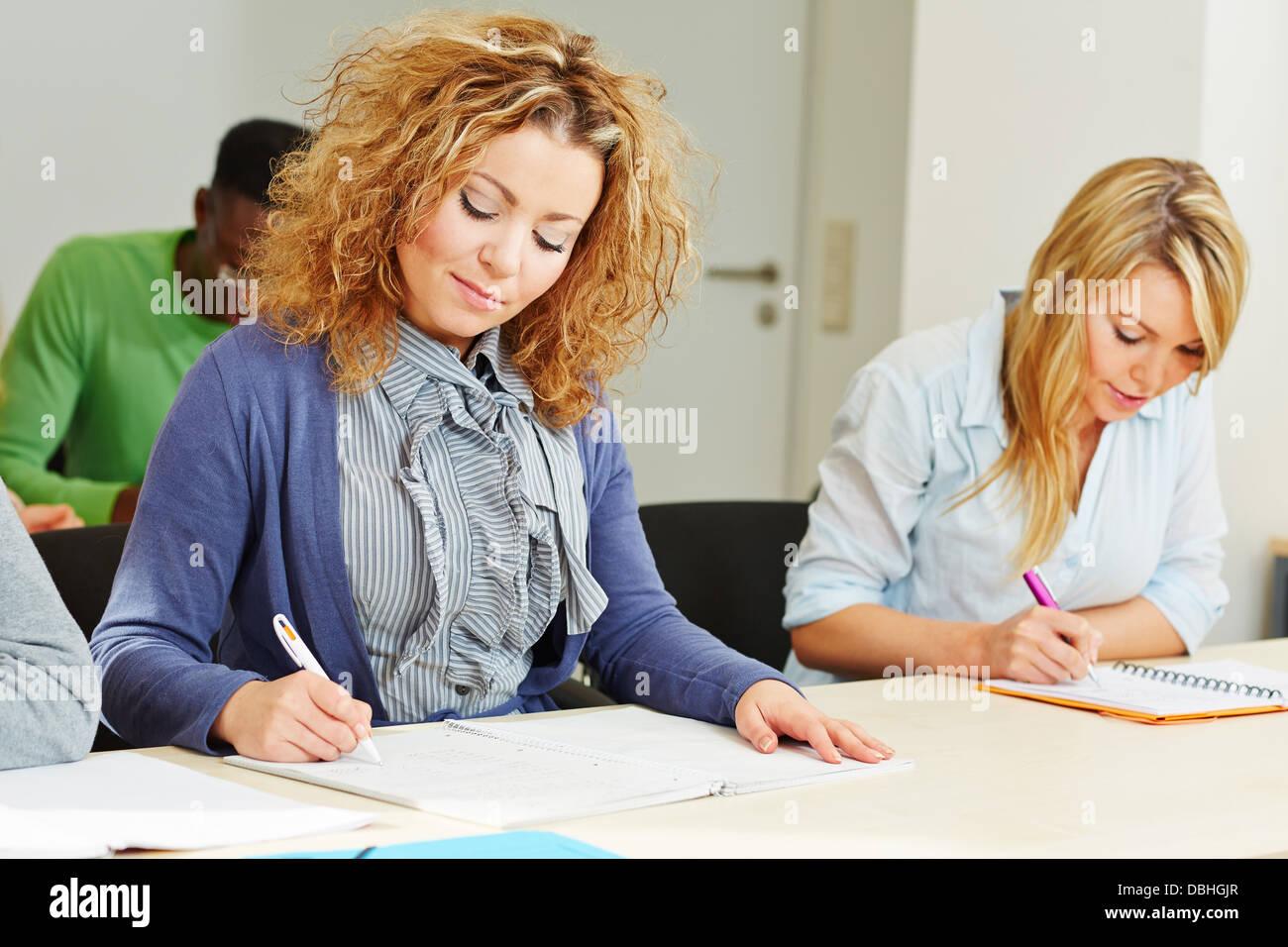 Femme en prenant des centres d'évaluation test d'aptitude pour la présélection des employés Photo Stock