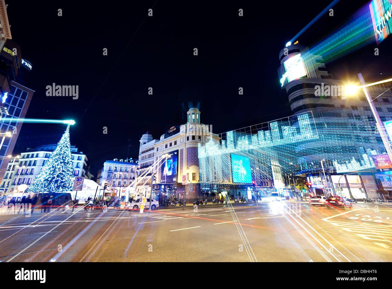 Le trafic à Callao Square avec string lights au moment de Noël. Madrid. L'Espagne. Photo Stock