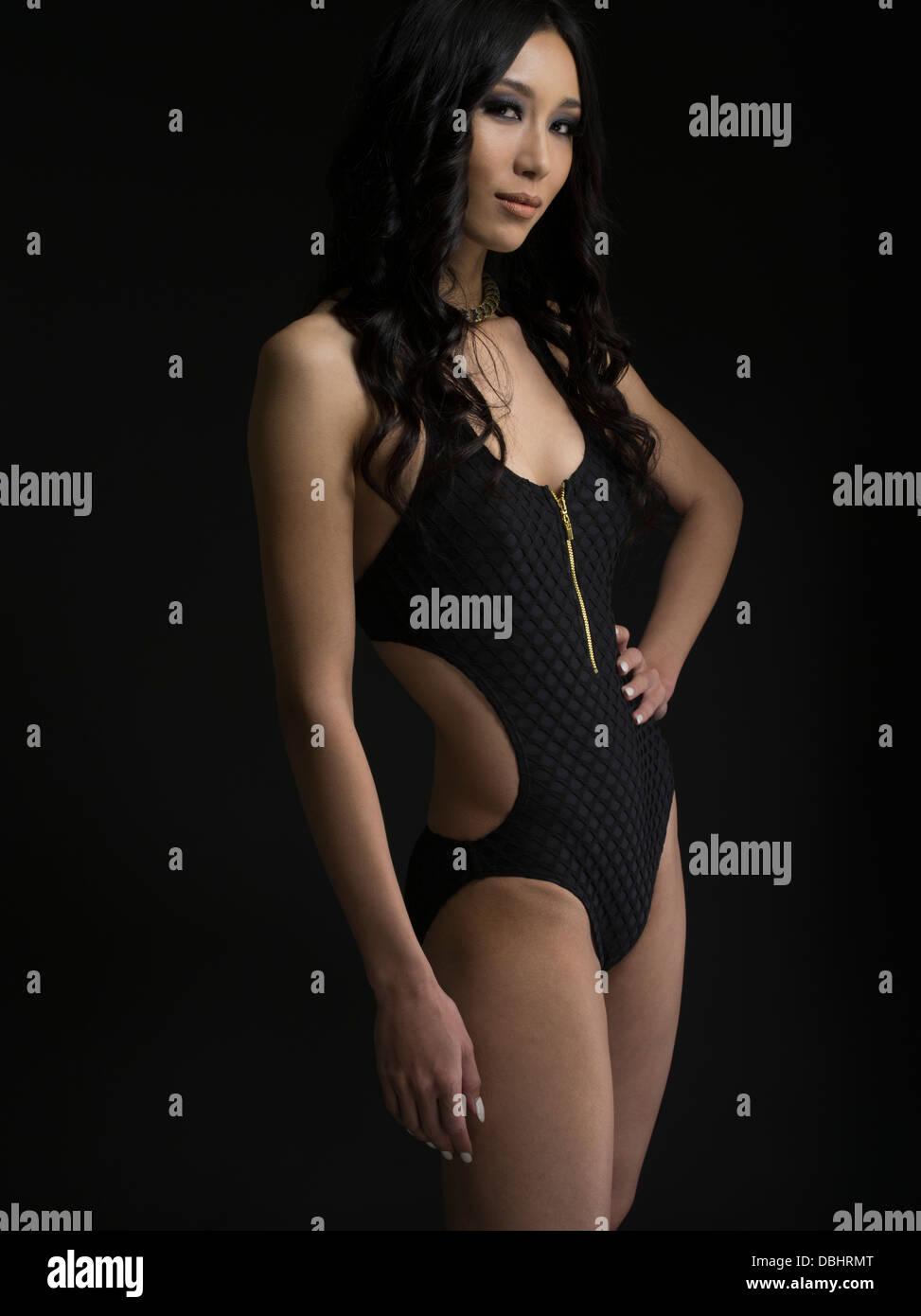 Belle femme asiatique d'une vingtaine d'en porter un morceau de maillot Banque D'Images