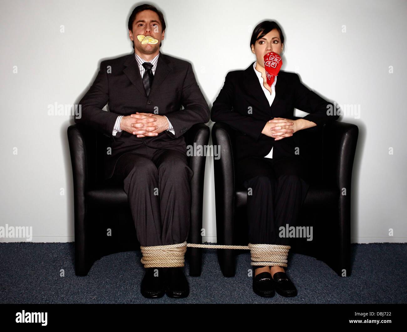 Femme Baillonnee homme et femme d'affaires bâillonnée et attachée banque d'images
