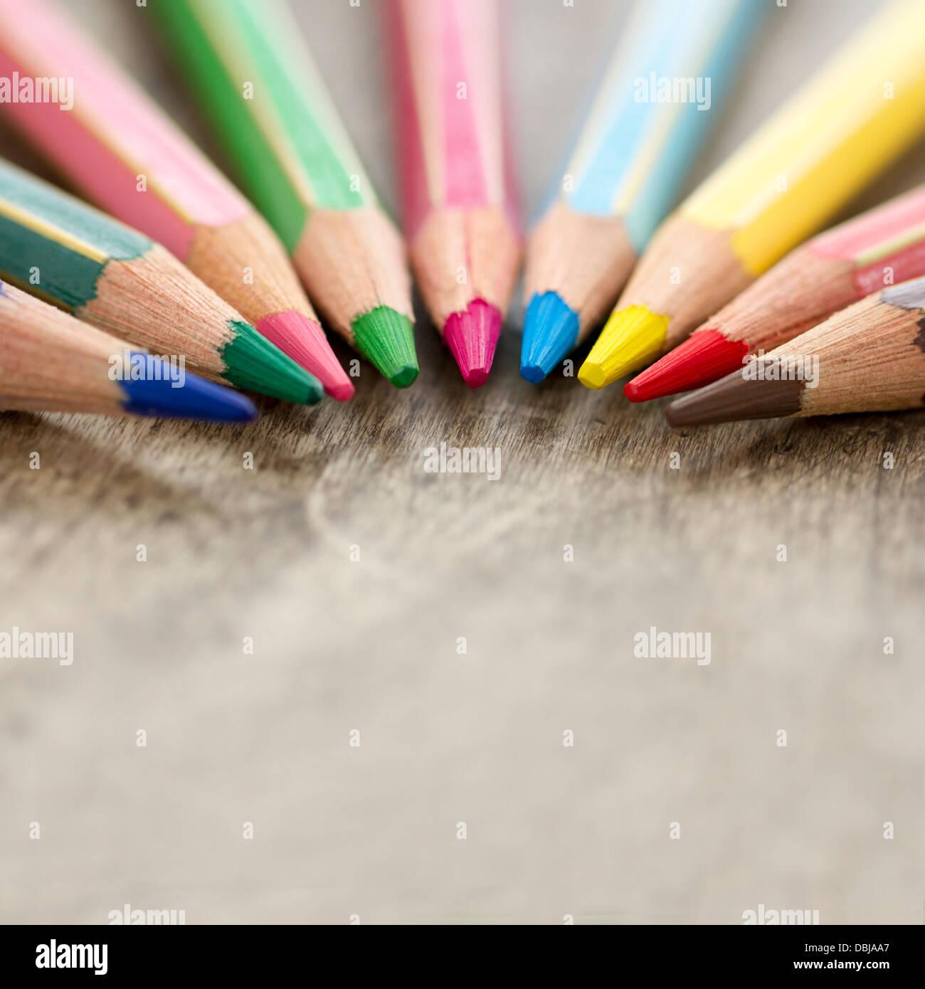 Gros plan macro en bois coloré de crayons de couleur sur fond rustique et focus sélectif et copiez l'espace - concept Banque D'Images