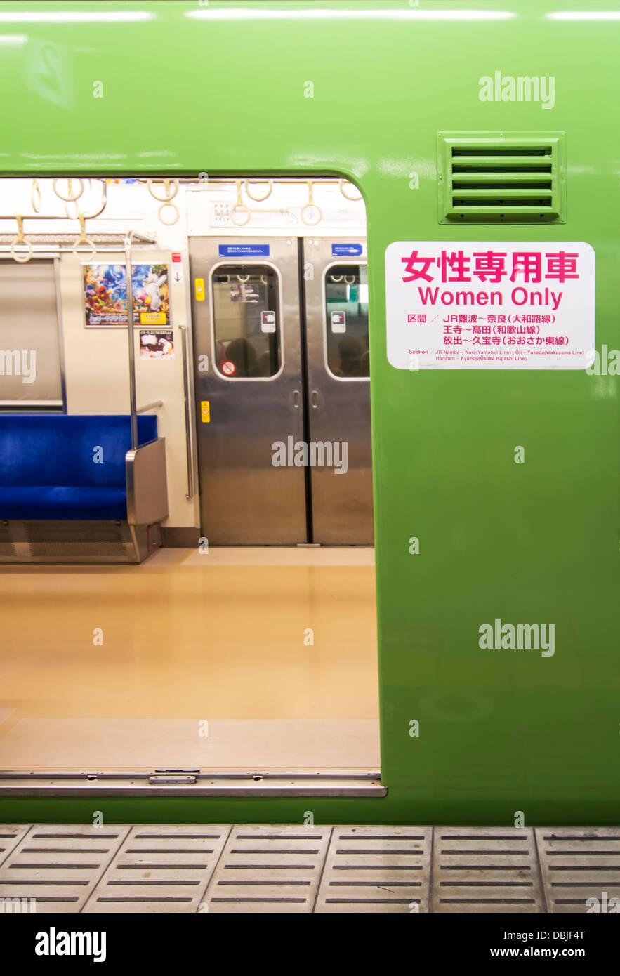 Poster dans l'un des train voiture uniquement pour femmes au Japon Banque D'Images
