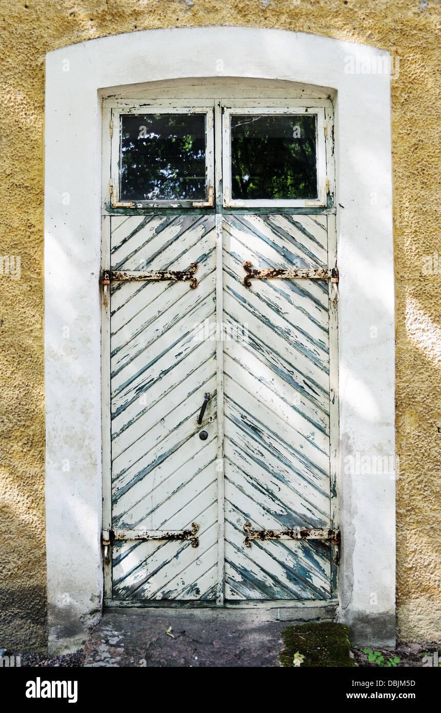 vieille porte en bois blanc avec charni res en fer forg. Black Bedroom Furniture Sets. Home Design Ideas