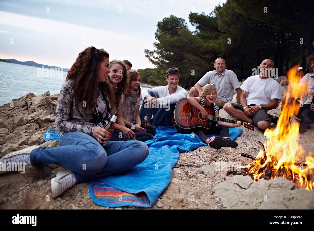 La Croatie, Groupe de personnes assises autour de feu de camp Banque D'Images