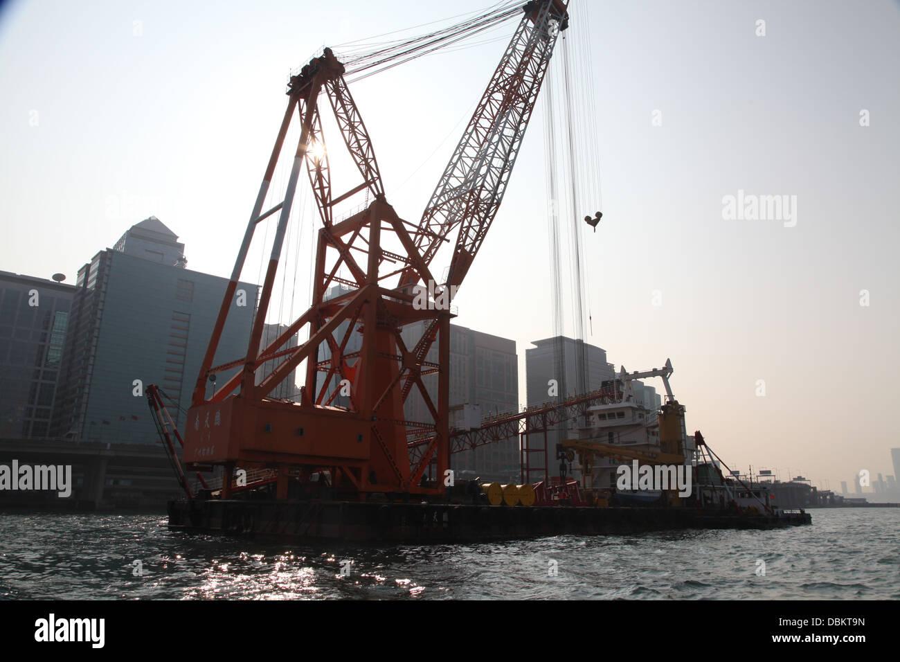 Drague draguer le port de hong kong au crépuscule Banque D'Images