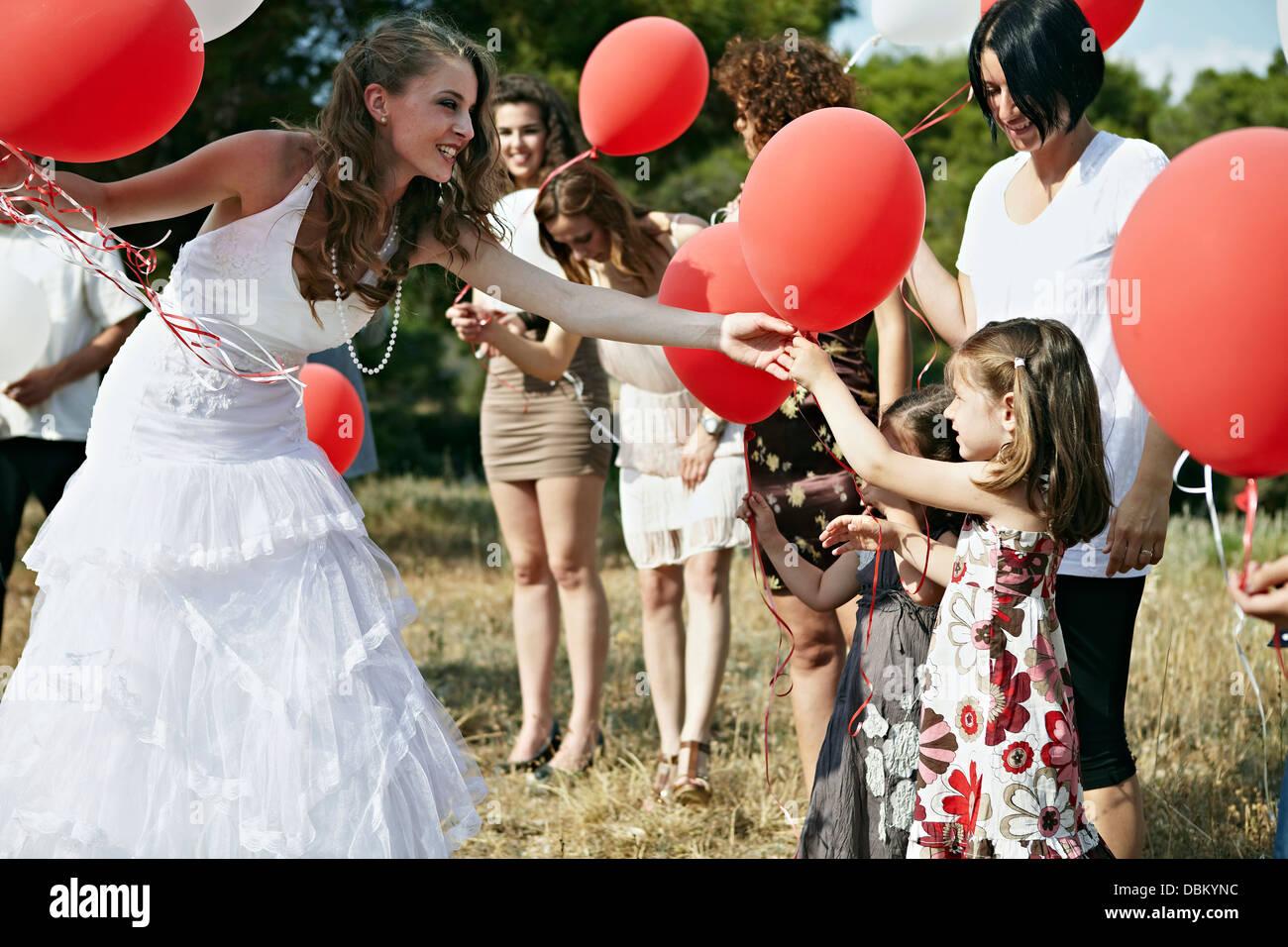 Les invités au mariage avec des ballons à l'extérieur, Italy, Europe Photo Stock