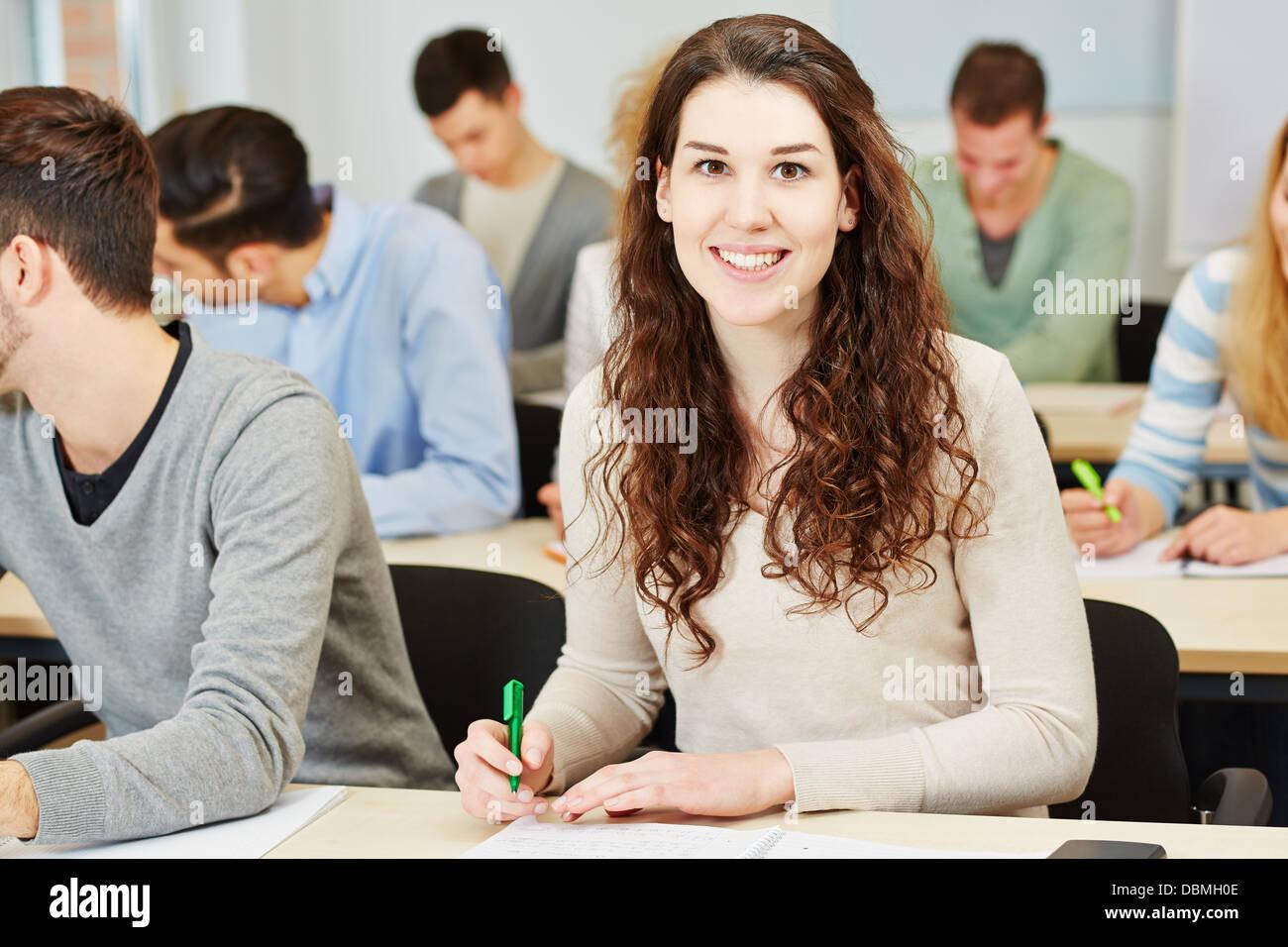 Test d'aptitude pour prendre femme emplyment dépistage dans un centre d'évaluation Photo Stock