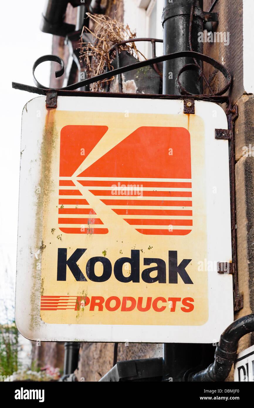 Vintage Produits Kodak shop sign avec des signes de rouille. Photo Stock