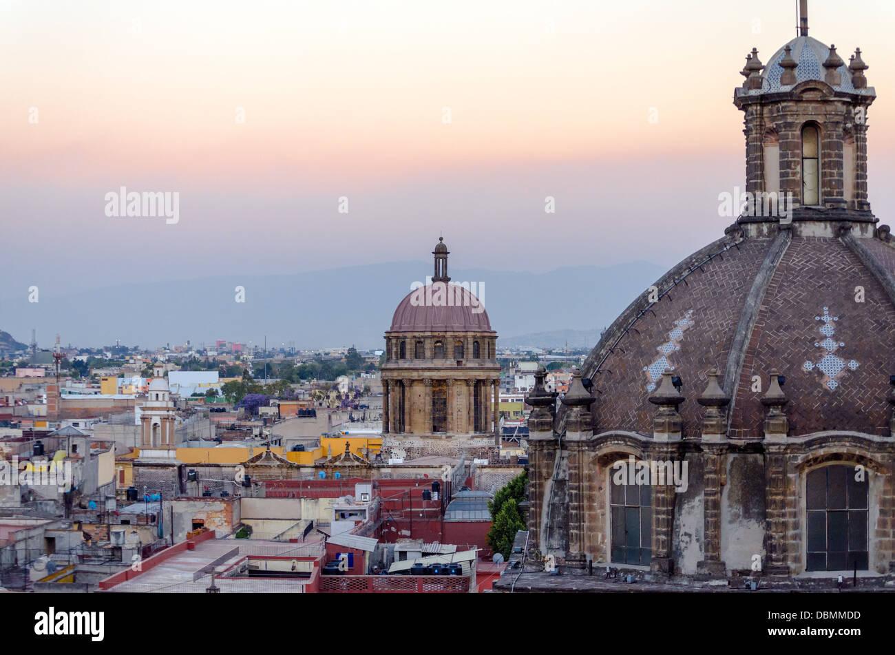 Les dômes de l'église et la ville de Mexico Photo Stock
