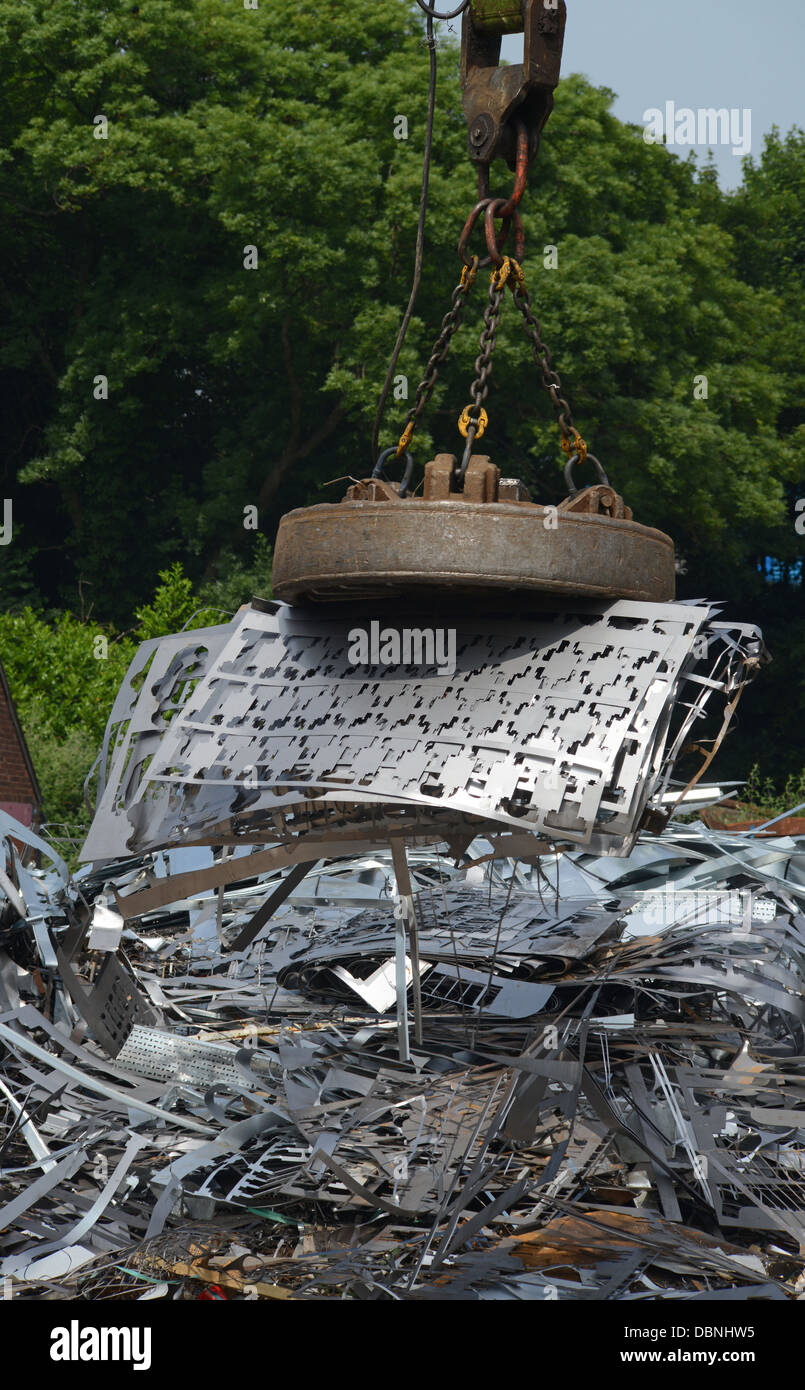 Grab magnétique sur le levage métal à ferrailles uk Photo Stock