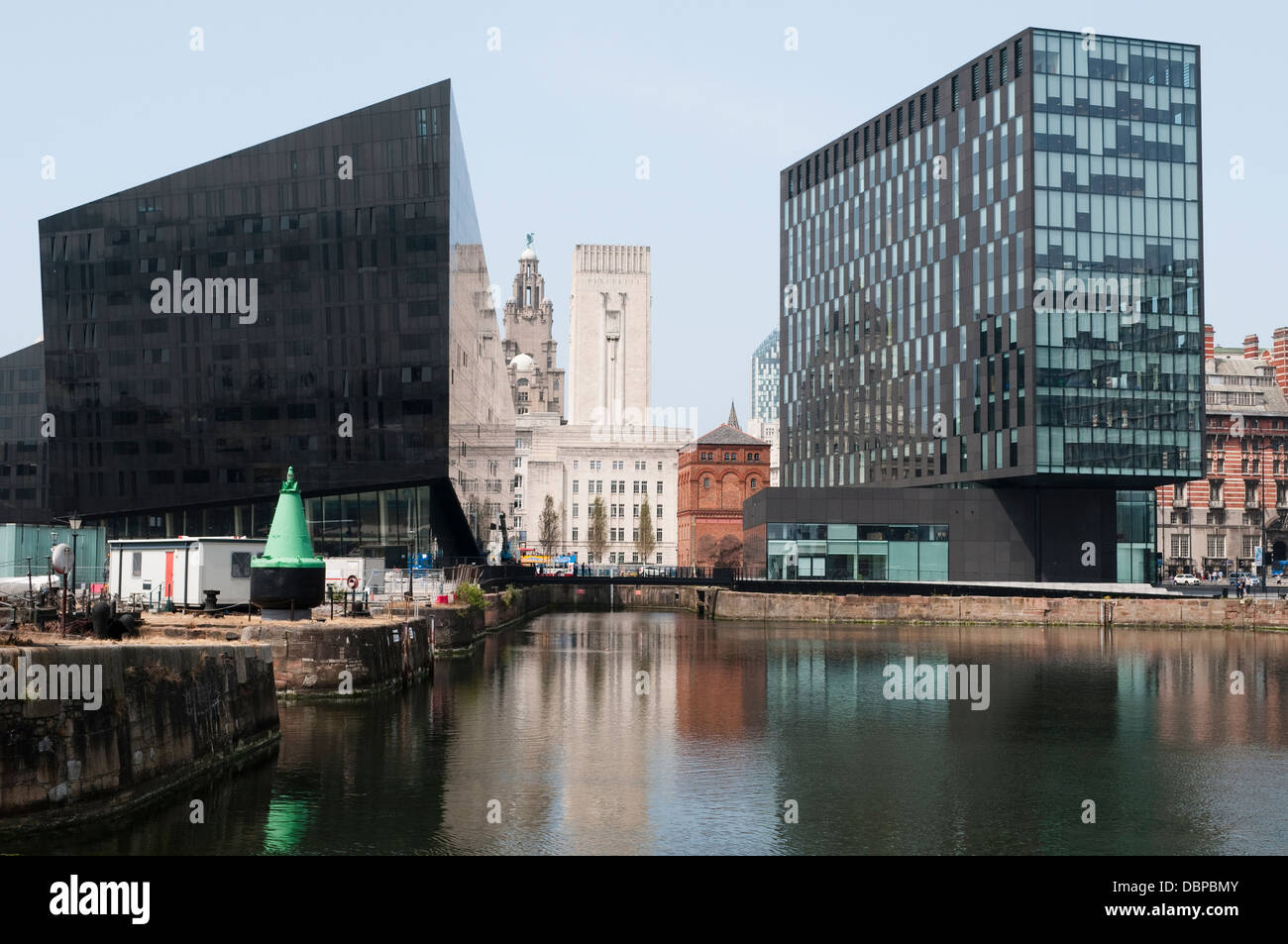 Les bâtiments anciens et modernes, la ruse Dock, Liverpool, Royaume-Uni Photo Stock