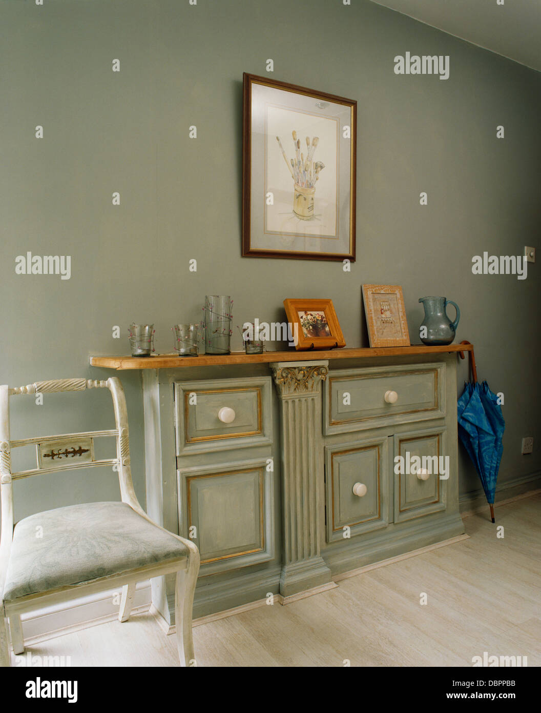 Console Gris Pâle Avec Effet En Peinture In Gray Hall Avec Chaise
