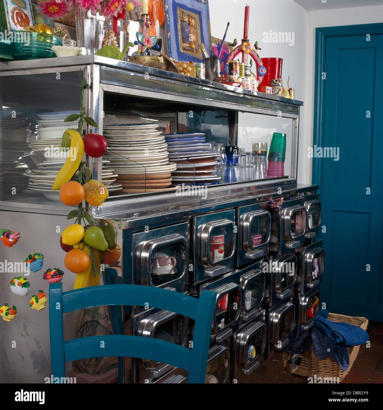 Des piles de plaques sur années 50 metal Commode avec ...