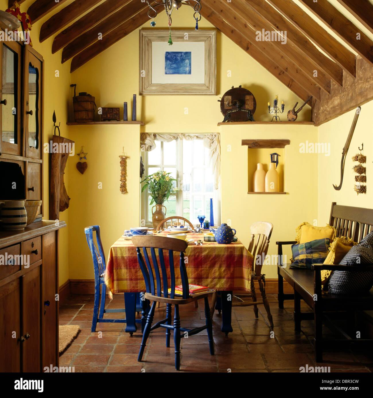peint bleu table avec chaises tissu orange vrifi en pays salle manger avec poutres apparentes au plafond et de rgler lapex