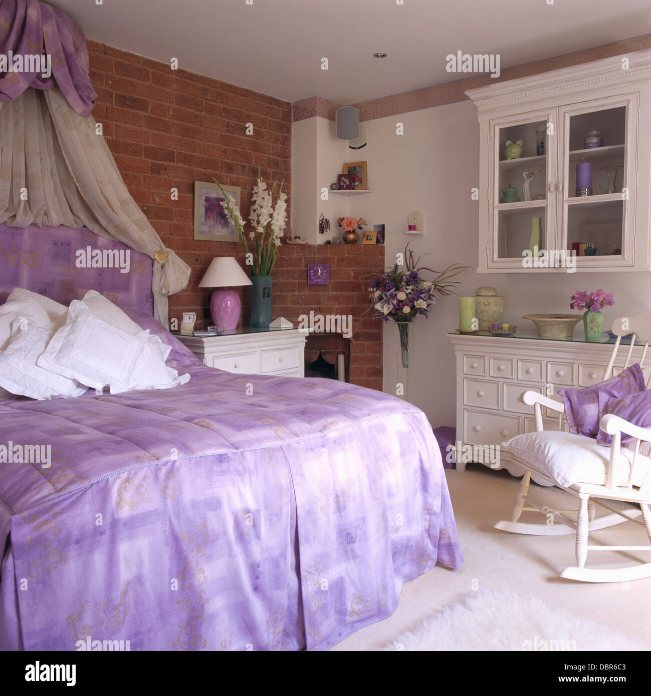 White voile above bed white photos white voile above bed white images alamy for Voile et rideaux