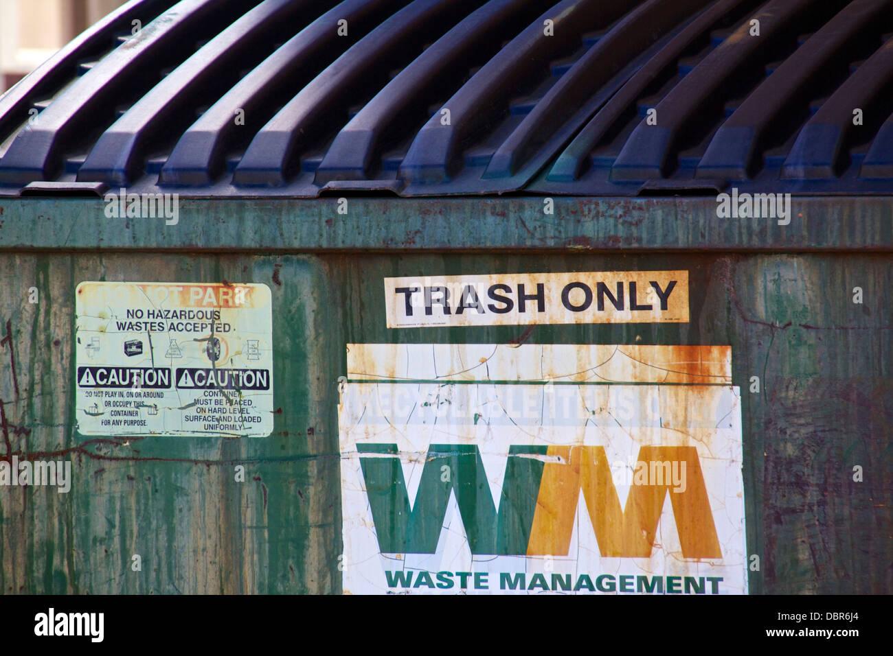 Poubelle conteneur de dépôt. Photo Stock
