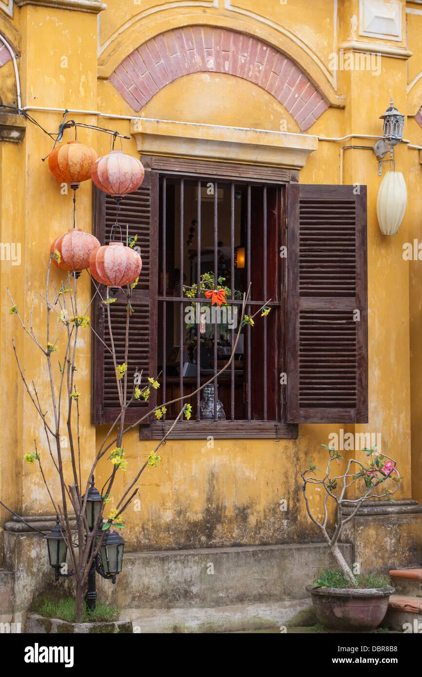 Façade de bâtiment de style colonial avec des lanternes de soie et de volets en bois, dans le vieux quartier, Hoi An, Vietnam, Southeast Asia Banque D'Images