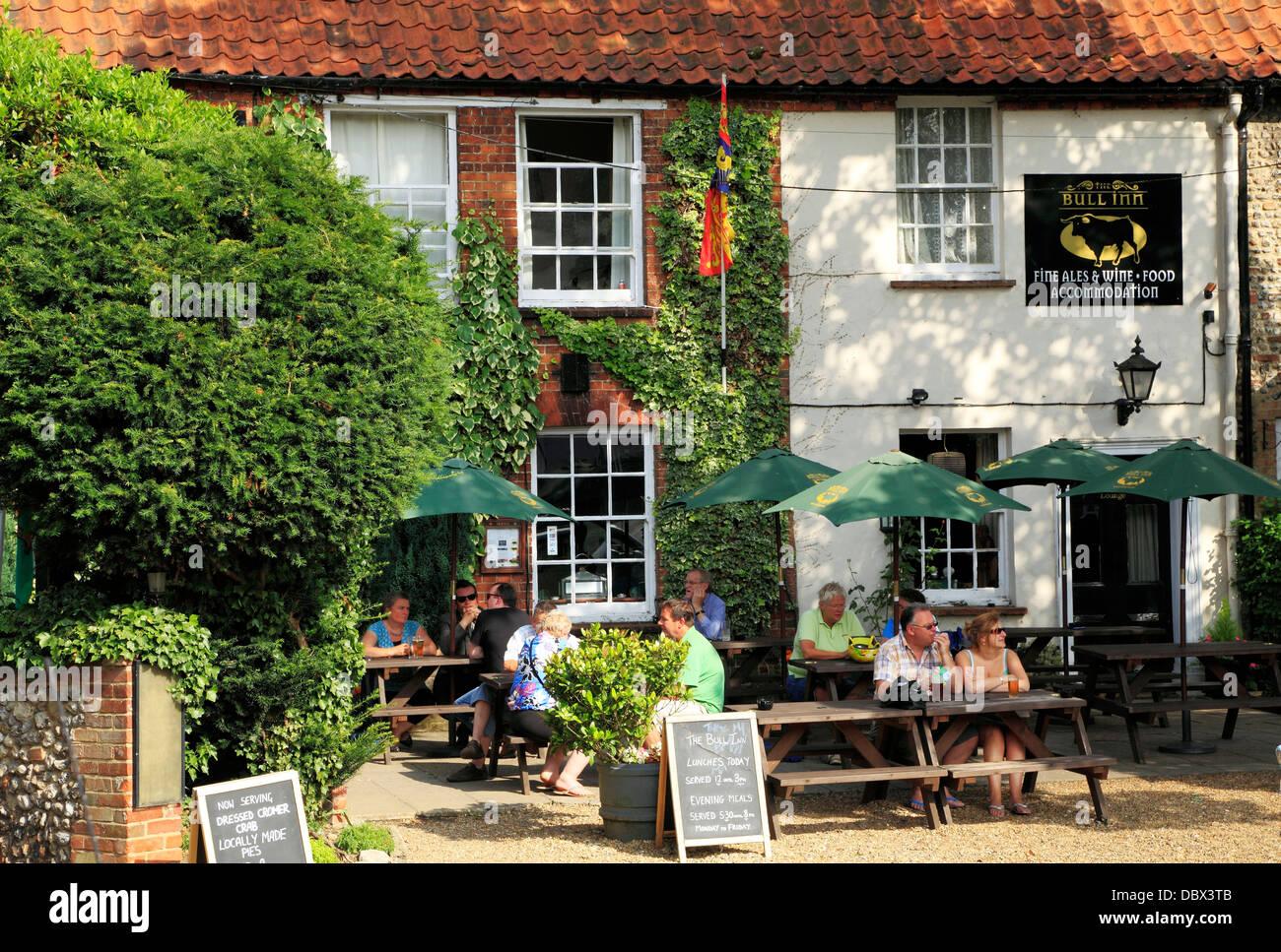 Walsingham, The Bull Inn, le jardin et la pub, les personnes qui consomment de l'alcool, Norfolk, Angleterre, Photo Stock