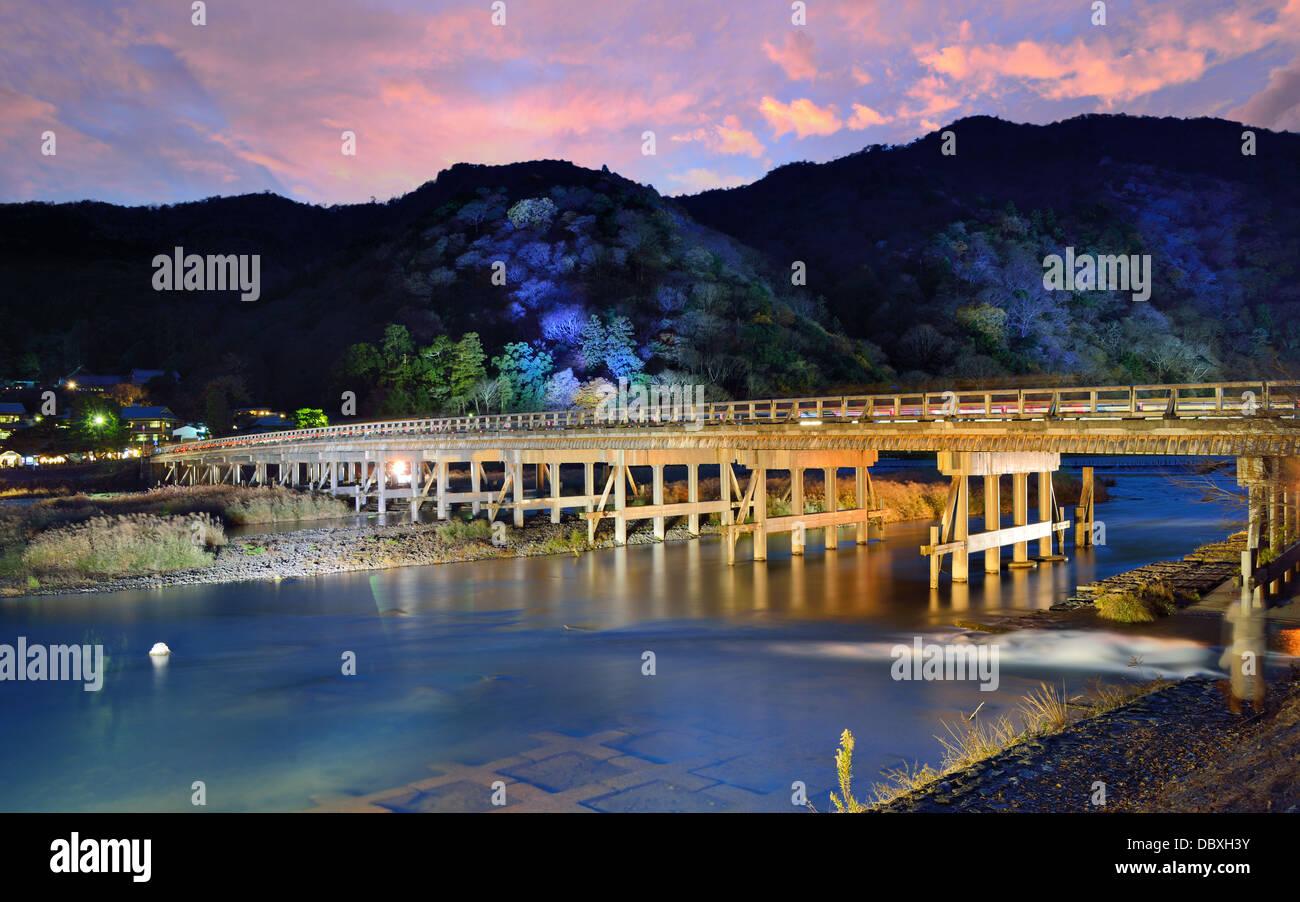 Rivière et pont Togetsukyo Katsura Arashiyama, à Kyoto, au Japon. Photo Stock