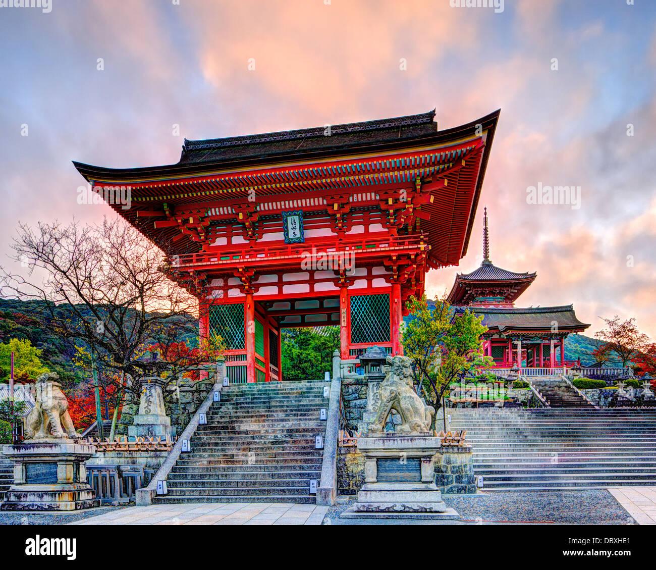 La porte de Temple Kiyomizu-dera à Kyoto, au Japon dans la matinée. Photo Stock