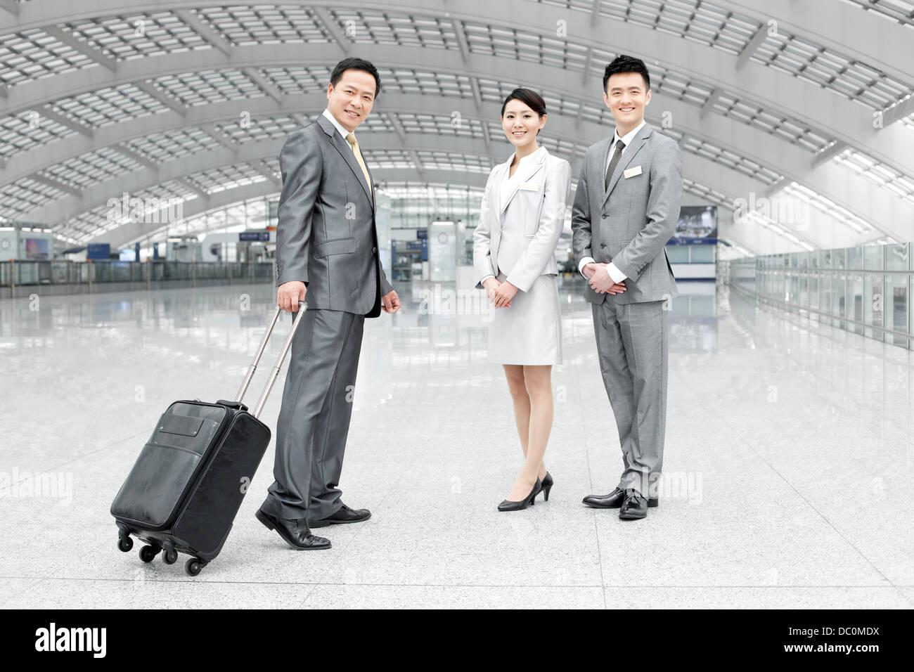 Les jeunes partenaires d'affaires avec des étiquettes à l'aéroport d'accueil Photo Stock