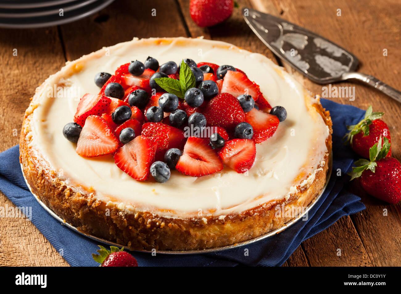 La Fraise fait maison pour le dessert gâteau au fromage et aux bleuets Photo Stock