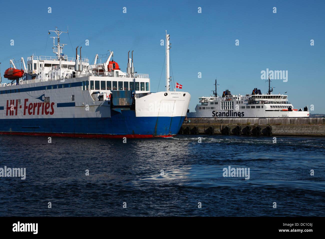 Ferries de Scandlines et HH ferries accoster à Elseneur (Helsingør) de leur court voyage en passant par Photo Stock