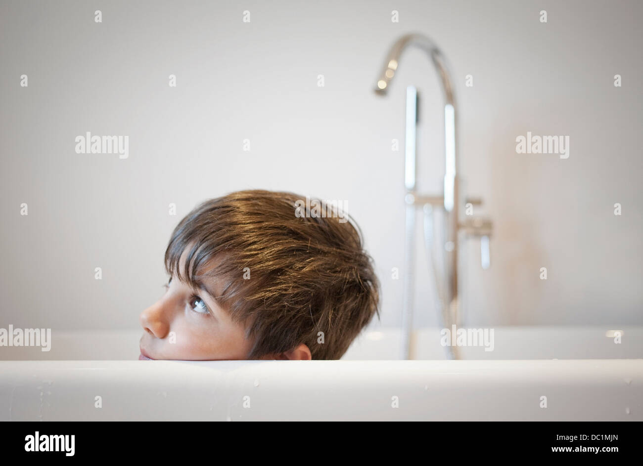 Head shot of young boy in bath Photo Stock