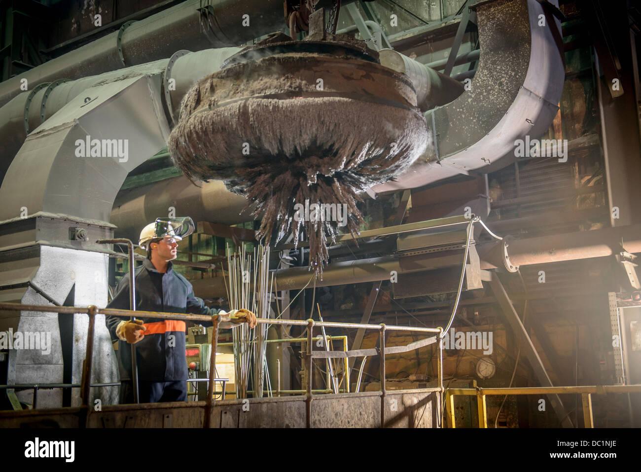 Travailleur de l'acier des aimants industriels superviser au travail in steel foundry Banque D'Images