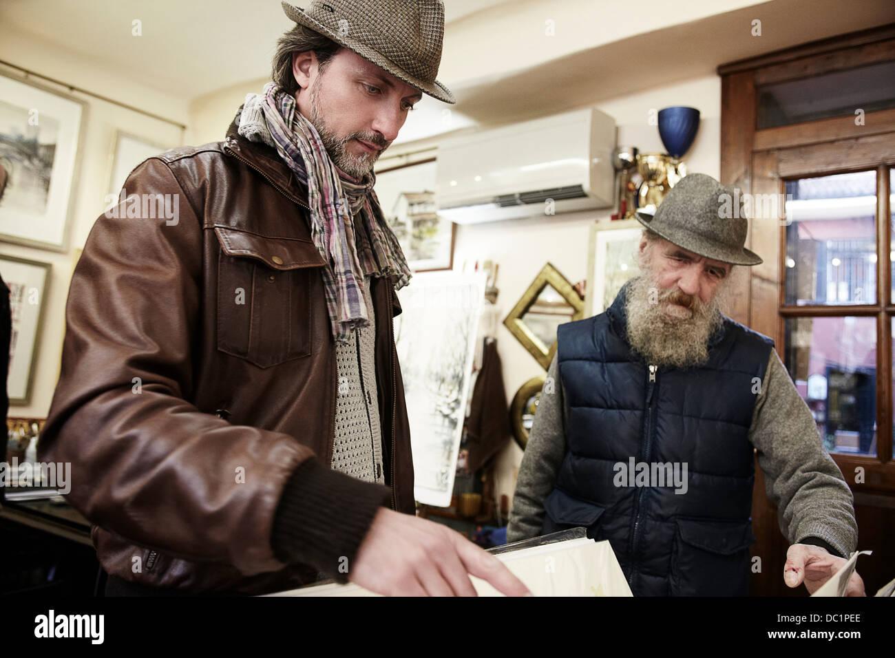 Les cadres supérieurs et Mid adult man in antique shop Photo Stock