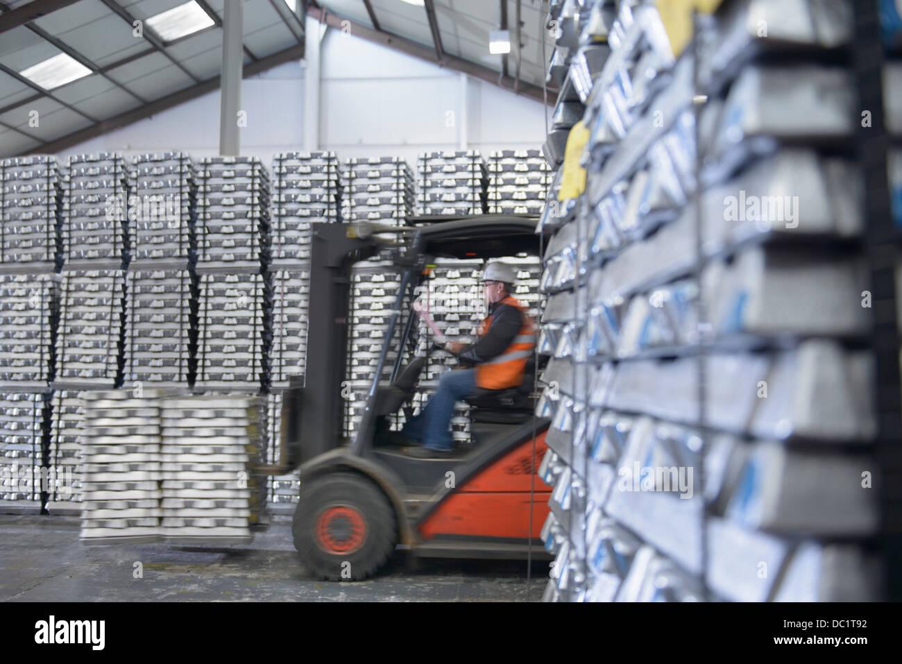 Chariot élévateur déménagement stock en entrepôt Photo Stock