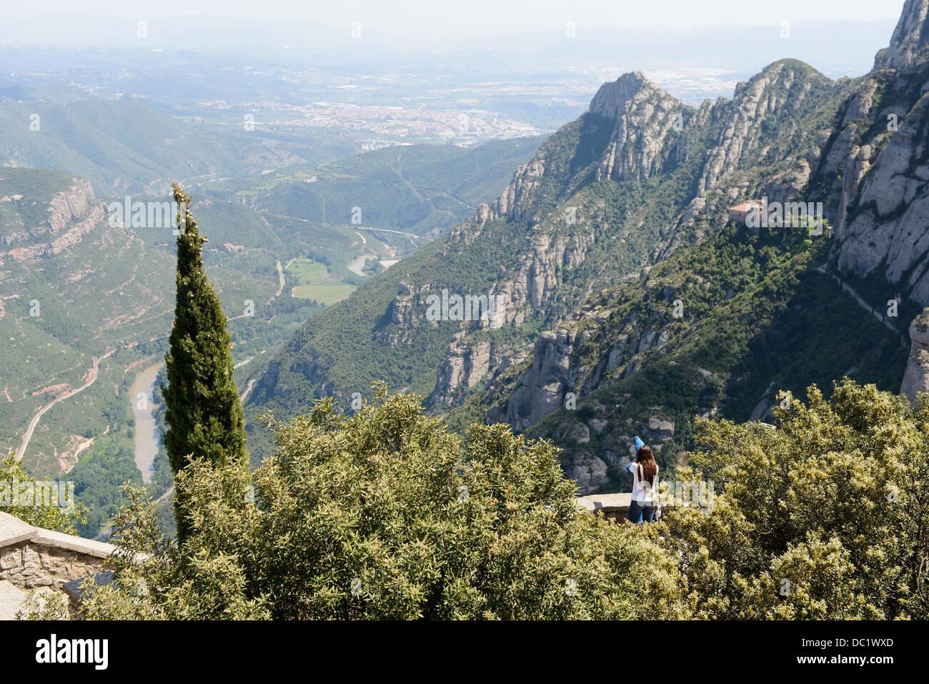 Young Woman profité de la vue de Montserrat, Espagne Photo Stock