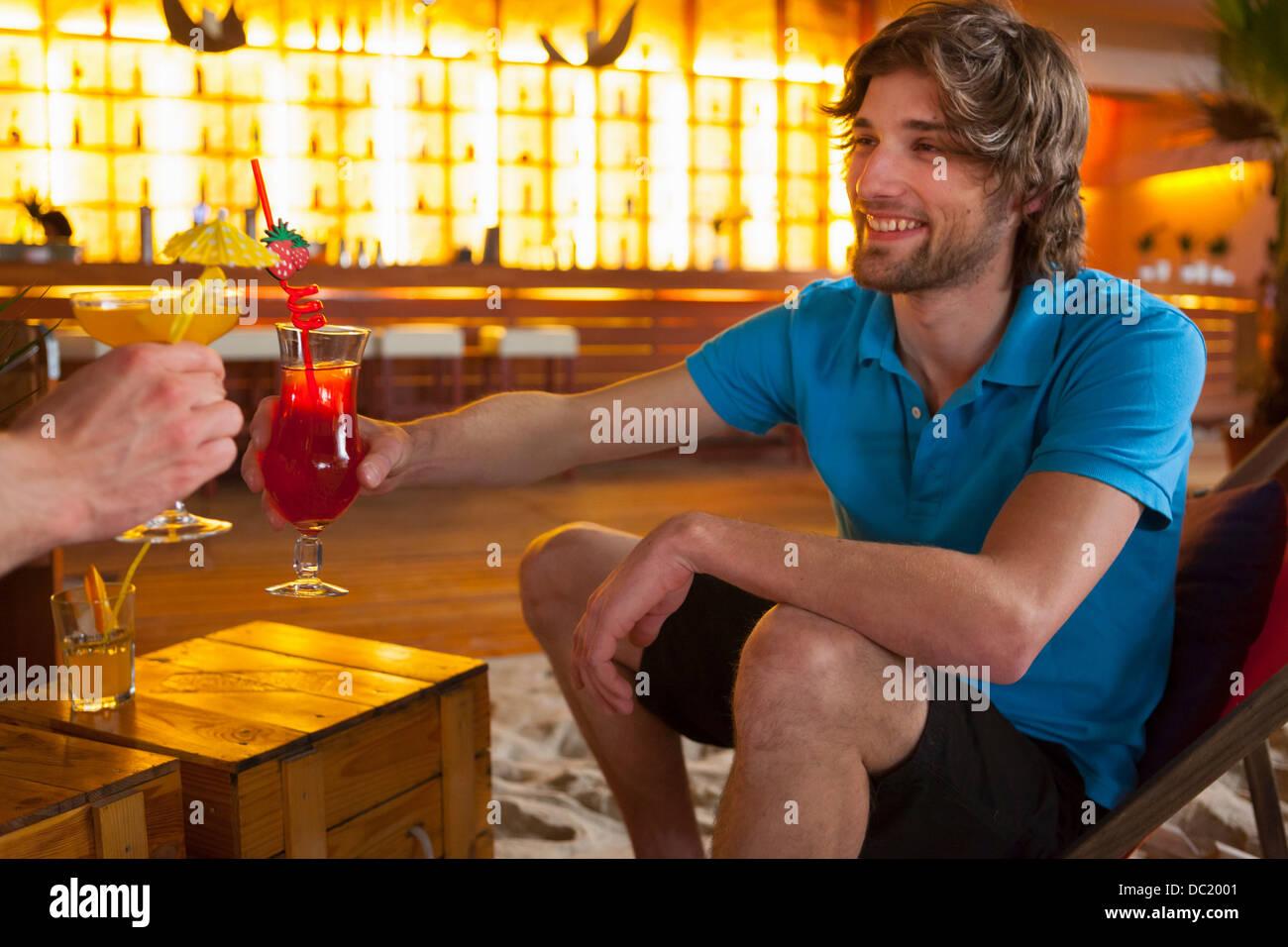 Le partage d'amis des cocktails au bar Banque D'Images