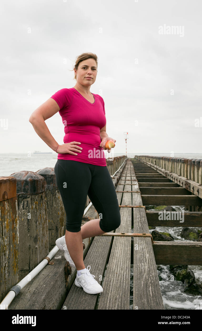 Femme debout sur la jetée port de vêtements de sport Photo Stock