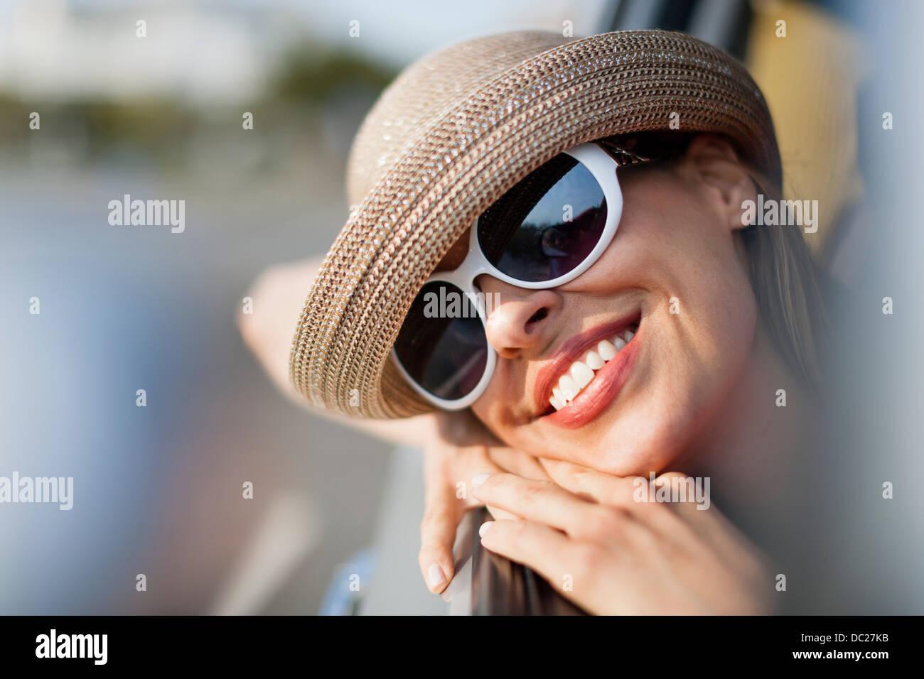 Femme mature portant des lunettes de soleil et chapeau Photo Stock