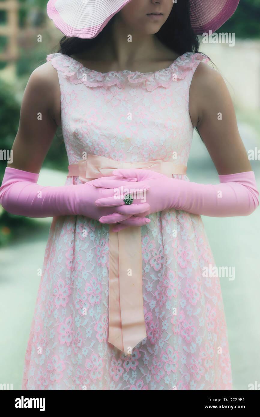 Vue détaillée d'une fille avec des gants rose Photo Stock