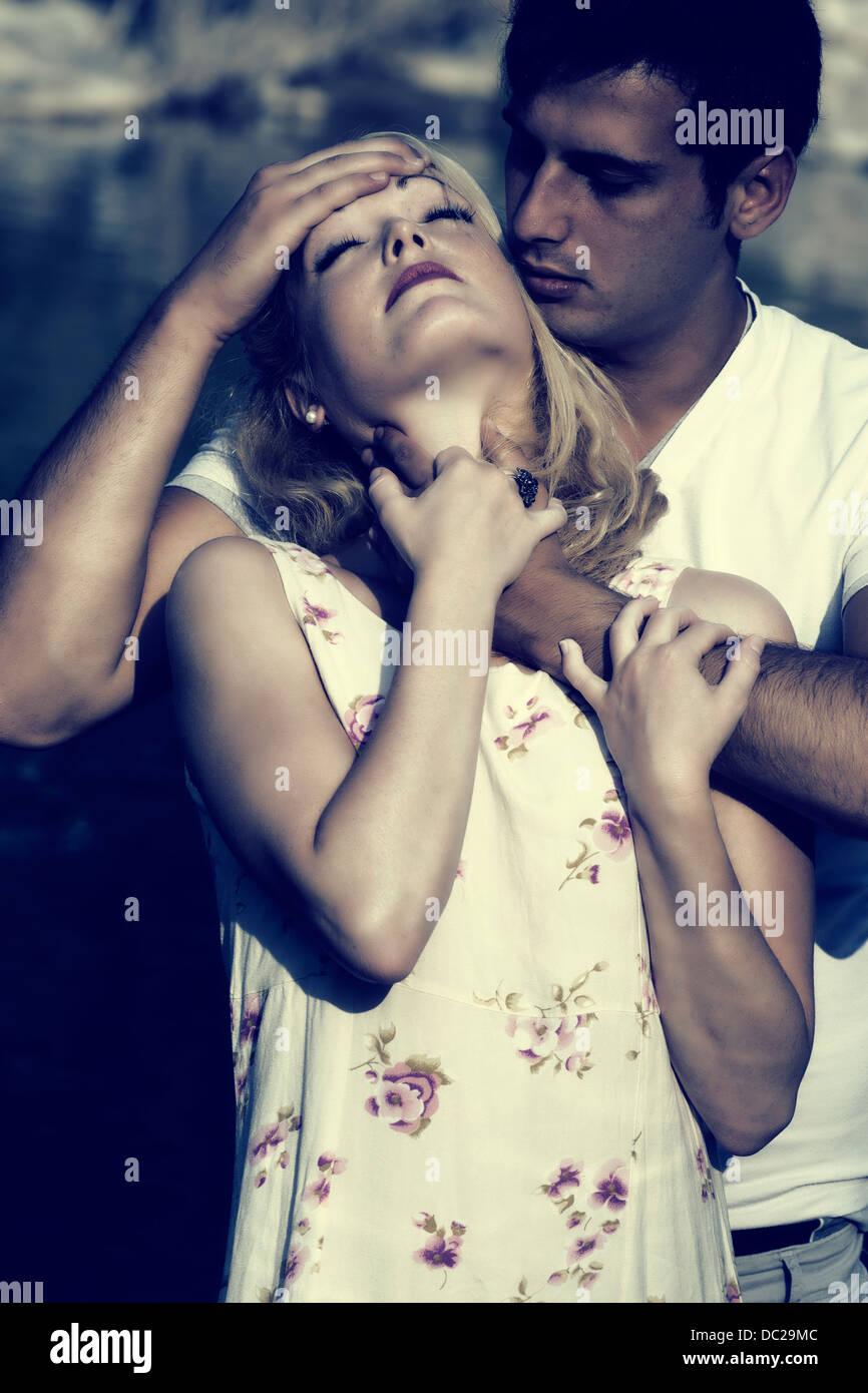 Un homme essaye d'étouffer une femme Photo Stock