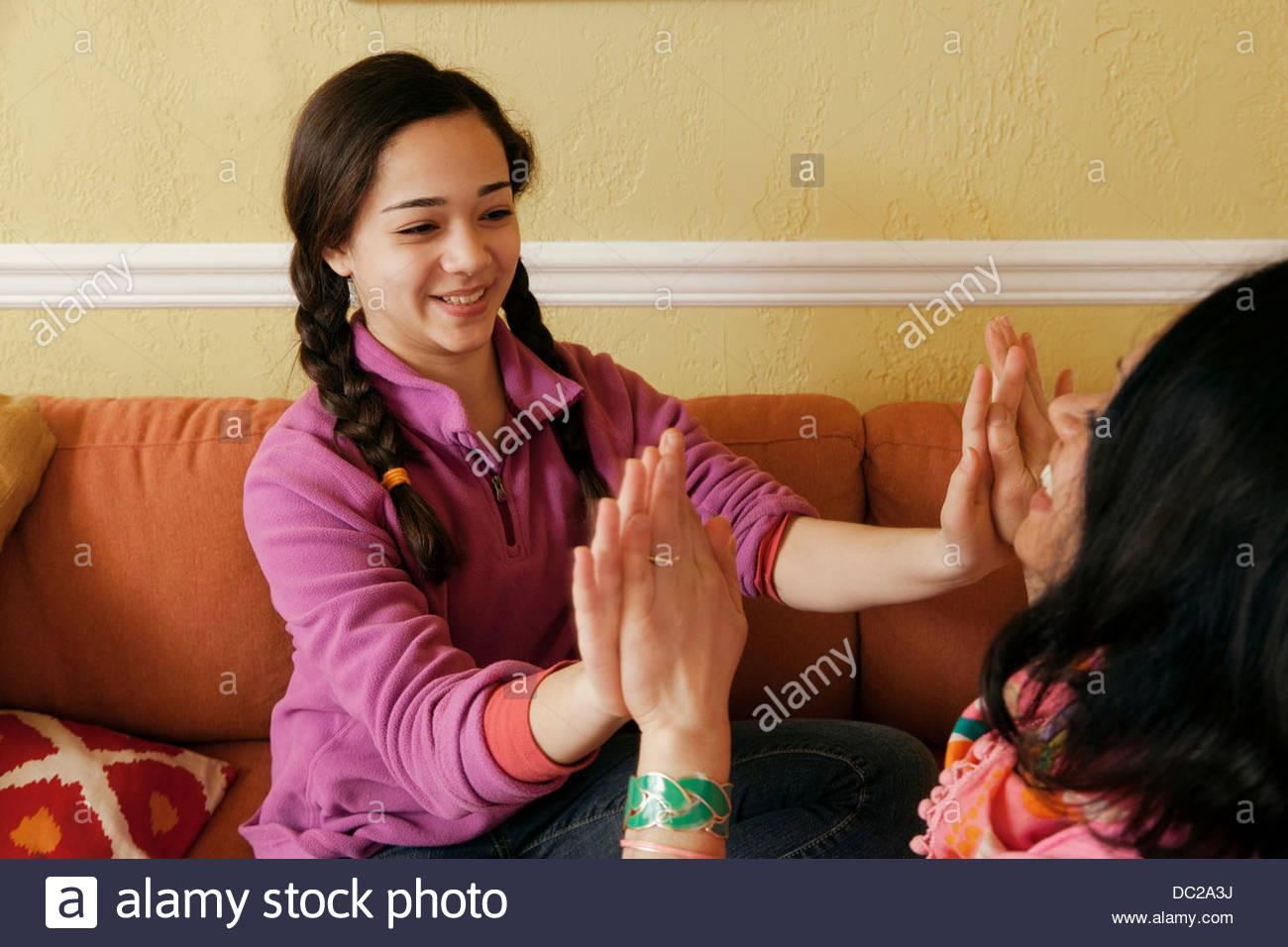 Fille adolescente jouant pat un gâteau avec la mère Photo Stock