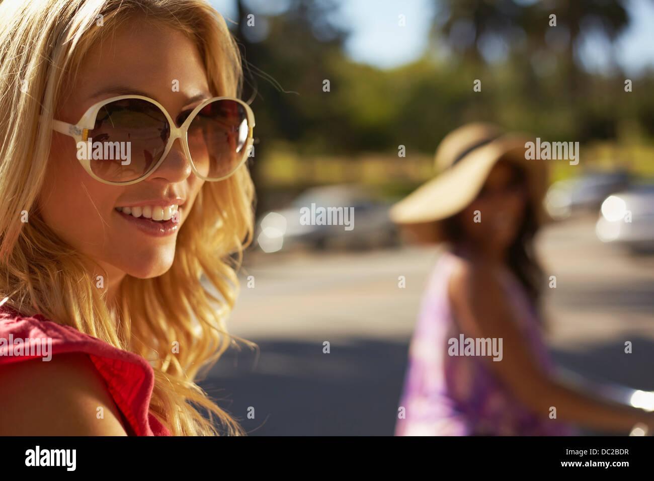 Les femmes sur location de rire Photo Stock