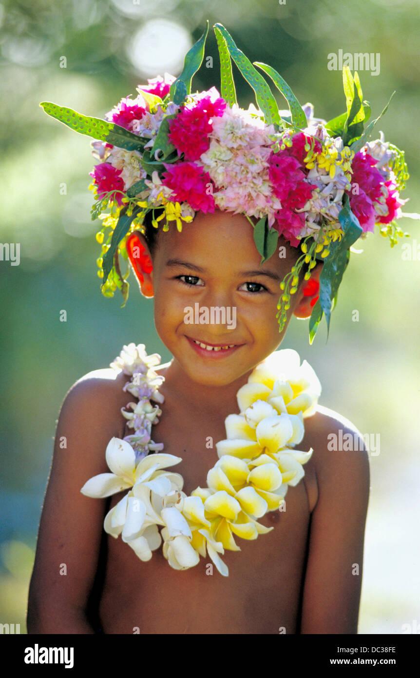 Garcon Natif Portant La Couronne De Fleurs Tahiti Banque D Images